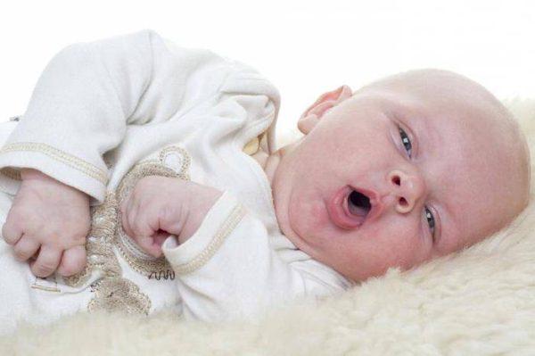 Чихание и кашель сопровождают ринит у детей